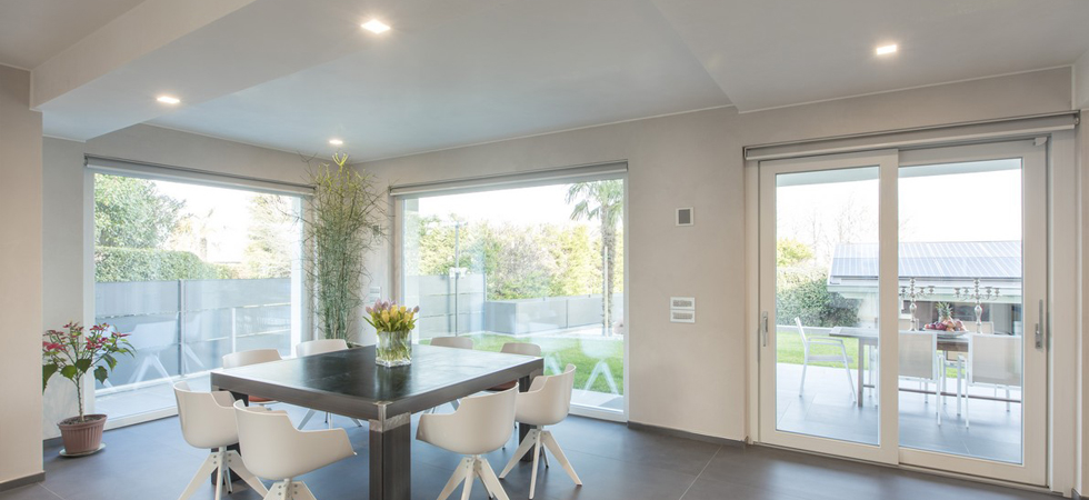 realizzazione con ampie vetrate e sistemi oscuranti in zona giorno